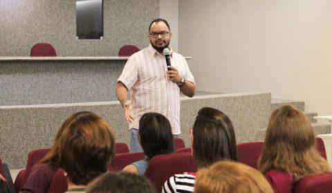 Ator Haroldo Guimarães explica para servidores que é possível exercer várias funções e ser feliz