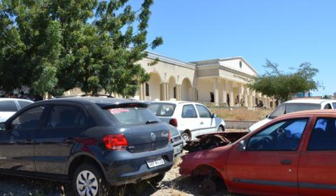 Iniciada transferência de veículos do Fórum de Juazeiro do Norte para depósito municipal