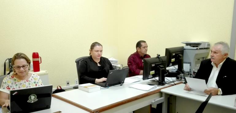 A juíza Teresa Germana Lopes de Azevedo, o promotor de Justiça Alber Castelo Branco, o servidor Antônio Adones Ferreira Rodrigues e a defensora pública Fernanda Rossi Mota se preparam para o início das audiências.