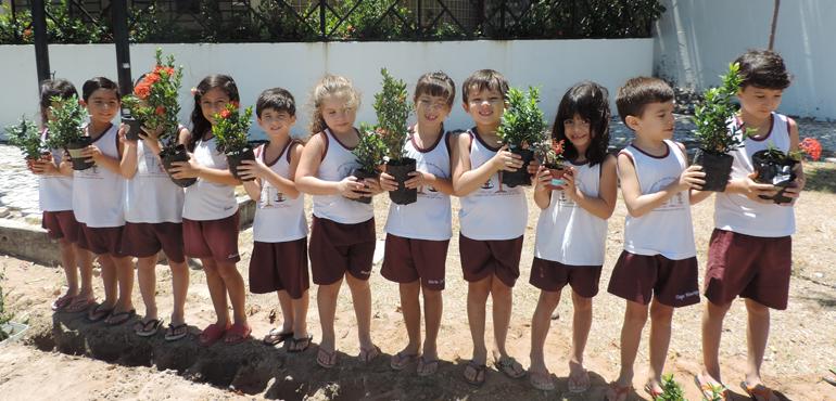 Crianças da Creche do Judiciário plantam 114 mudas em comemoração ao Dia da Árvore