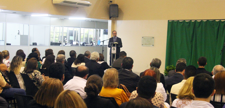Magistrados Helena Lúcia Soares e Aristófanes Coutinho Junior são homenageados em ato no TJCE