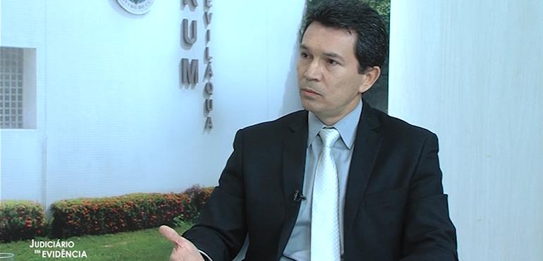 O entrevistado é o juiz Deusdeth Rodrigues, coordenador das Varas da Infância e da Juventude de Fortaleza