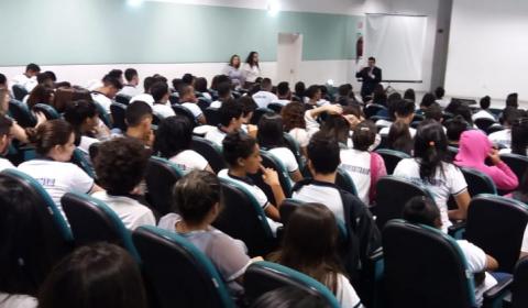 Alunos de escola pública de Sobral participam de palestra ministrada por juiz da Vara do Júri