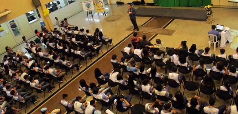 Setembro Amarelo: 200 alunos de escolas públicas participam de palestra no TJCE