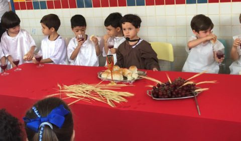"""Crianças da Creche do Judiciário encenam """"Paixão Cristo"""""""