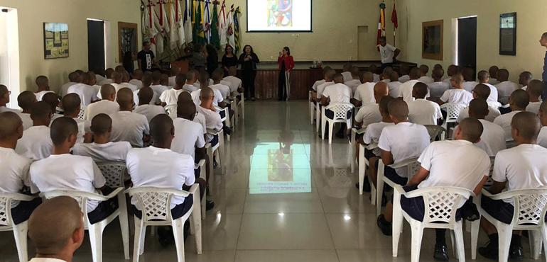 Juizado da Mulher promove palestra sobre Lei Maria da Penha para aprendizes de marinheiros