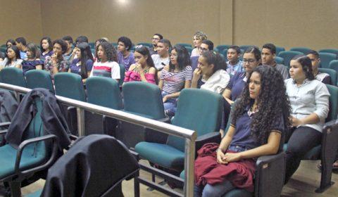 Estudantes de escola estadual assistem a júri e aprendem sobre funcionamento da Justiça