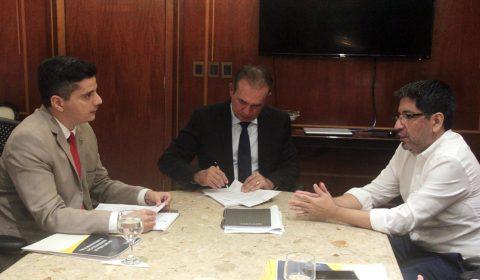 Presidente assina ordem de serviço para construção do Fórum de Aracati e readequações do Fórum de Fortaleza